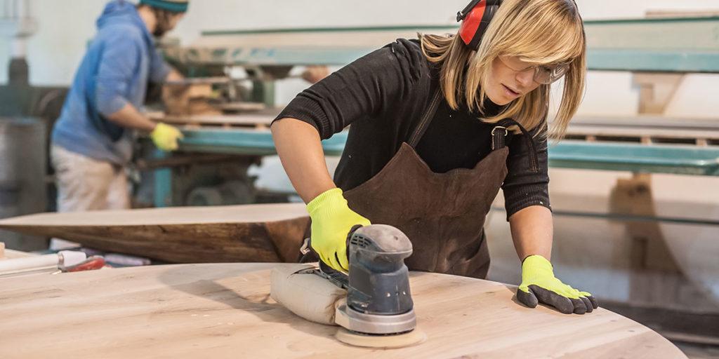 lavorazione legno ragazza