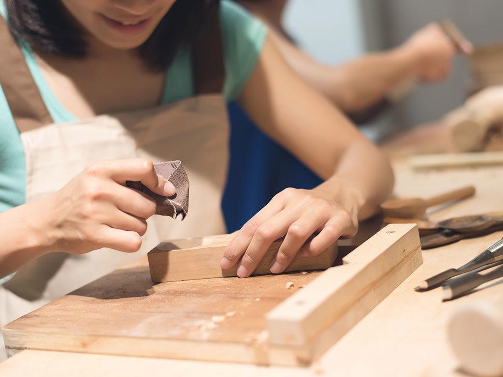 lavorazione mano legno