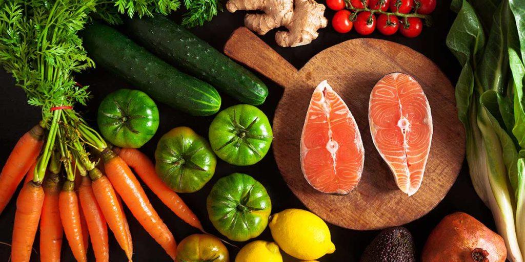 verdure miste pesce tagliere legno