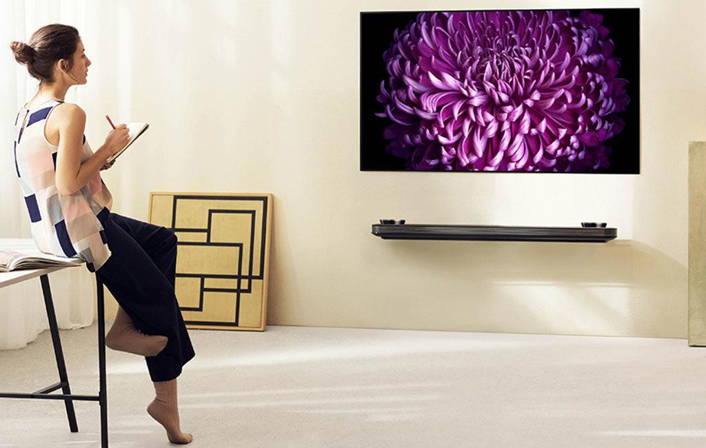 televisore piatto a parete oled
