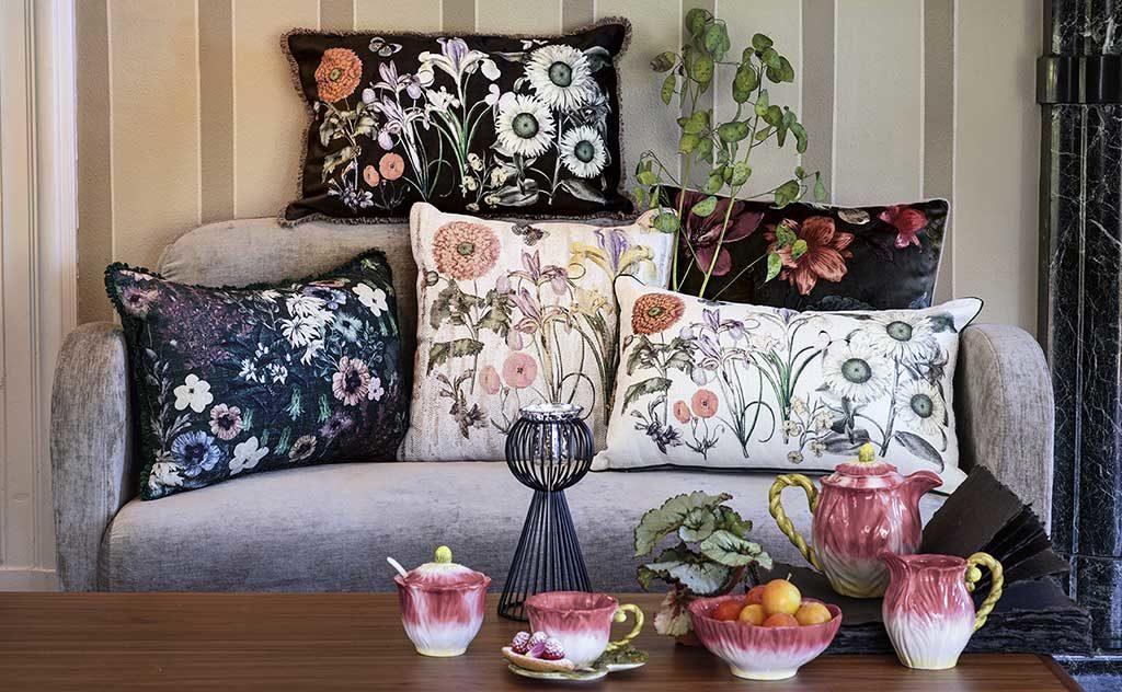 cuscini fiori su divano