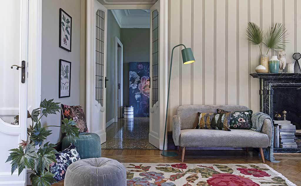 divano grigio lampada terra