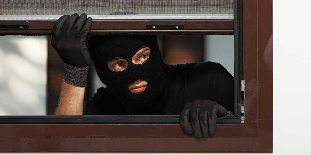 ladro finestra casa