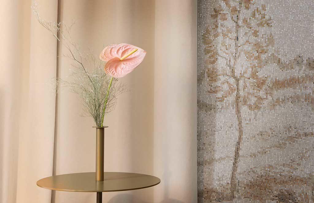 mosaico beige parete floreale