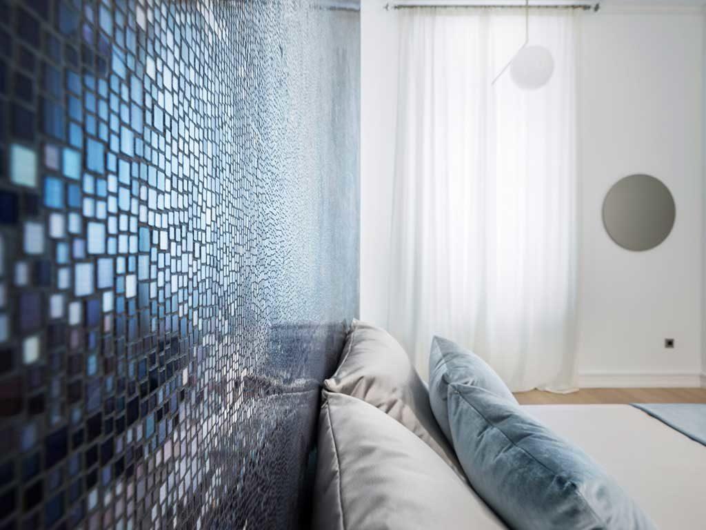 mosaico blu parete stucco