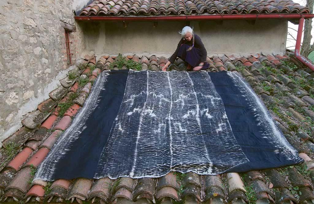 tappeto donna tetto tegole