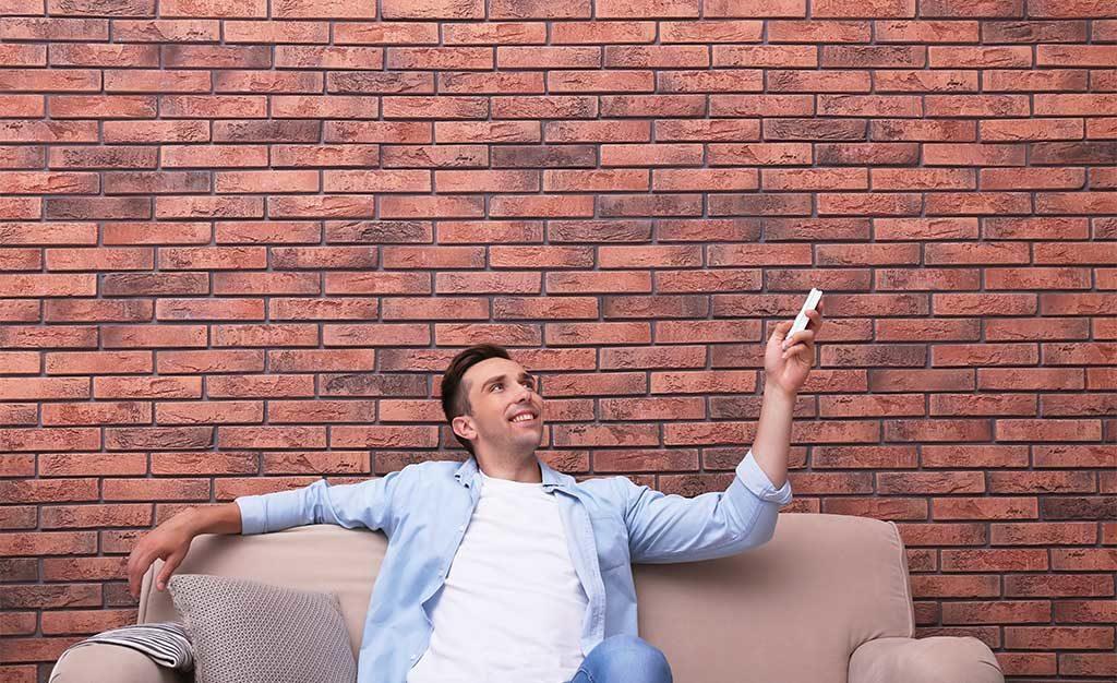 uomo divano telecomando
