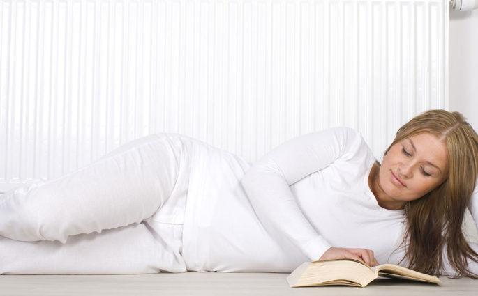 donna sdraiata terra libro termosifone