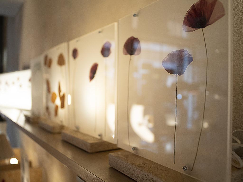 lampada plexiglass e foglie