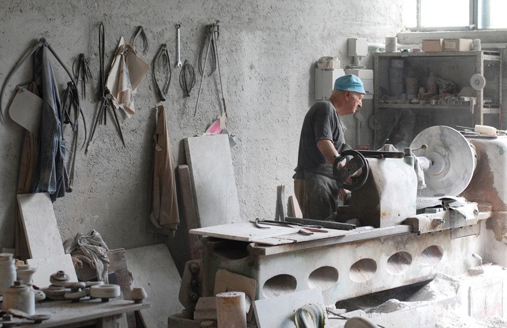 artigiano lavorazione marmo tornio