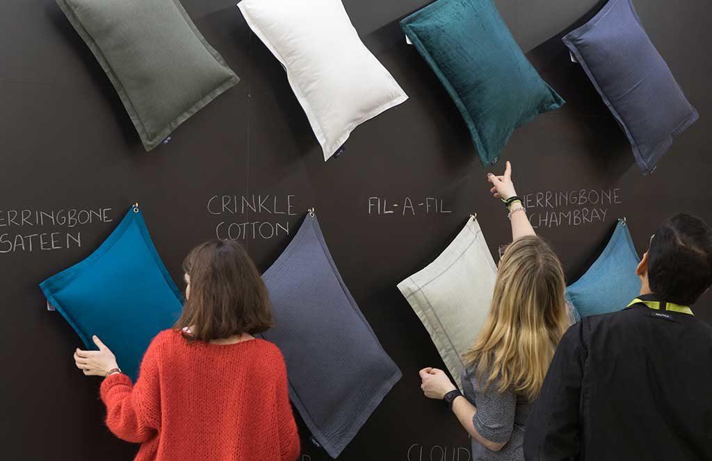 cuscini colorati parete scelta