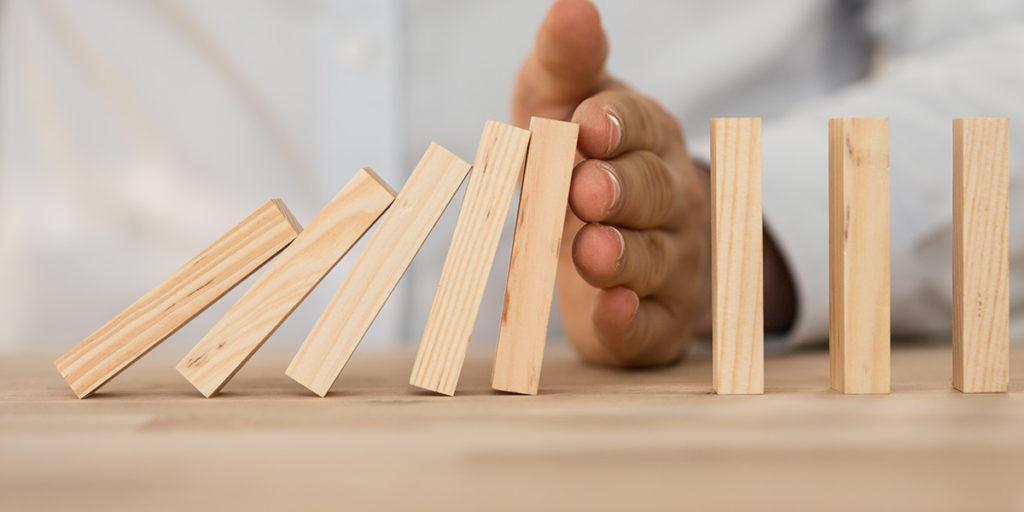 mano che tiene tessere legno