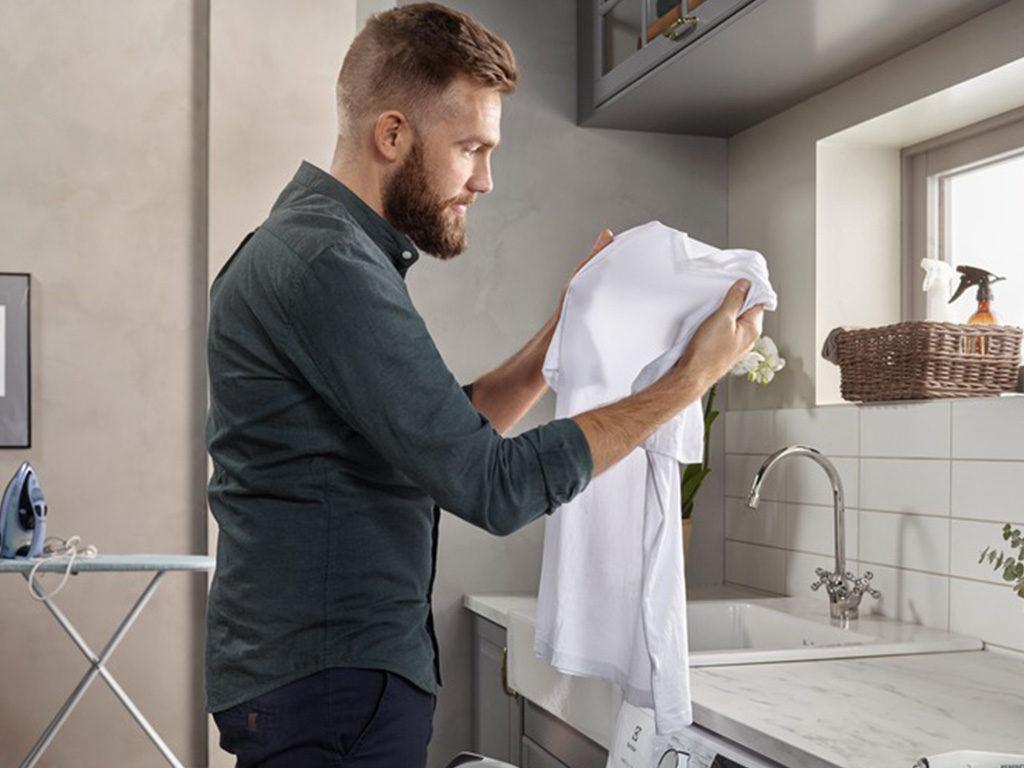 uomo maglietta macchia bucato