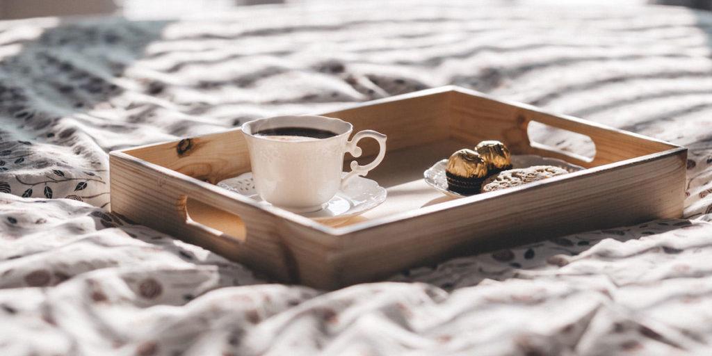 vassoio su letto prima colazione