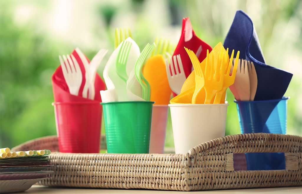 vassoio piatti e bicchieri plastica colorati
