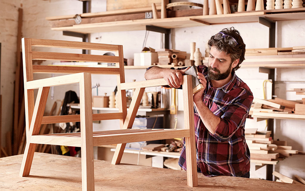 artigiano sedia a mano carteggiare