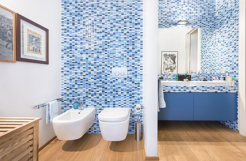 bagno con mosaico blu azzurro