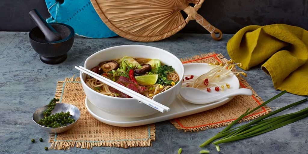 ciotola zuppa porcellana con bacchette