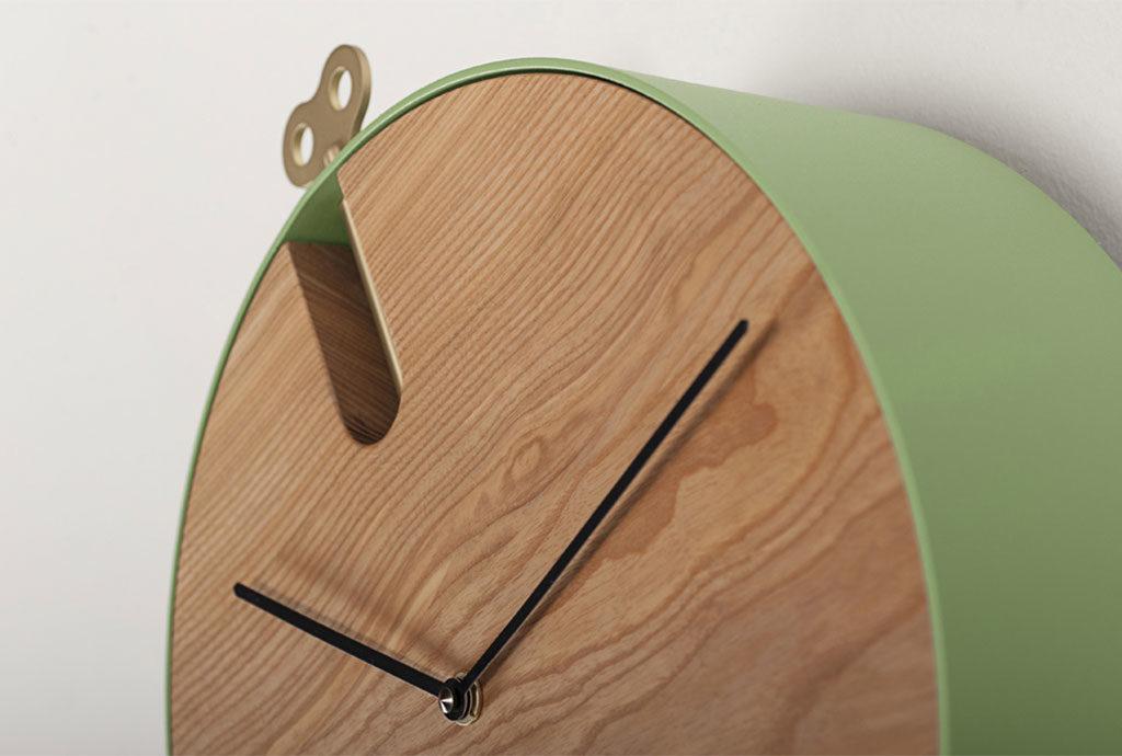 particolare orologio pendolo quadrante legno