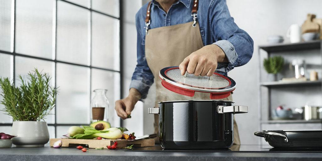 pentola nera cucina coperchio