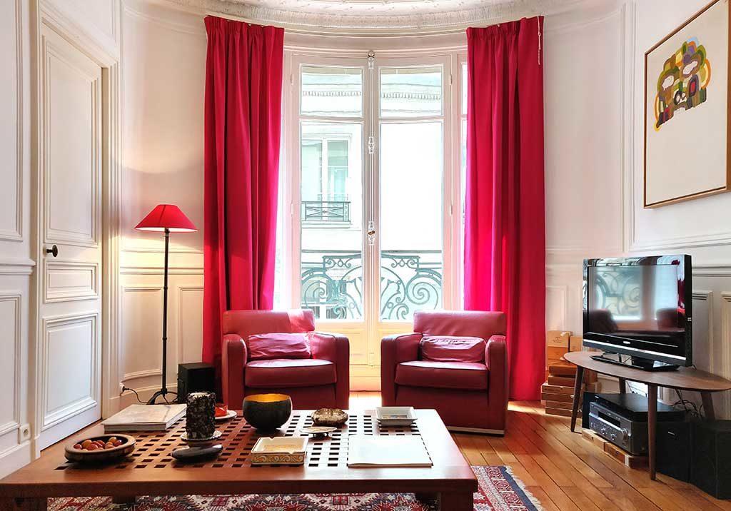 salotto poltrone rosse tavolinetto legno