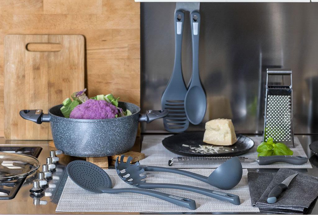 utensili cucina colore grigio