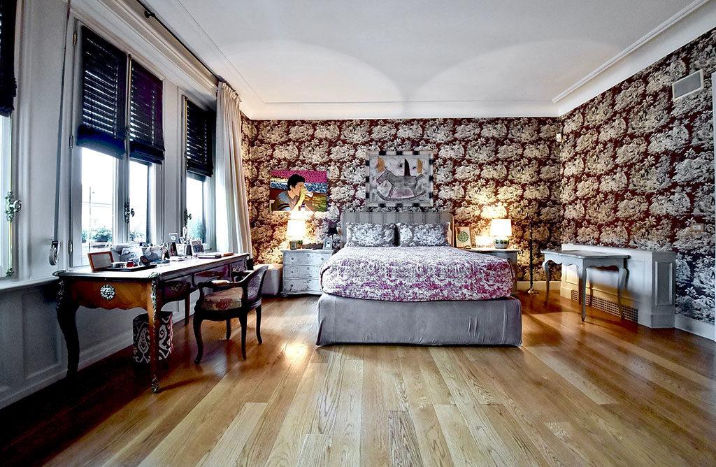 camera letto luminosa legno parquet