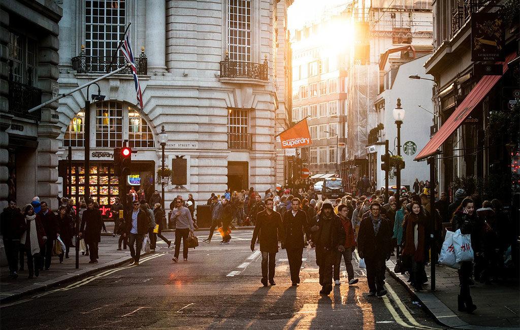 folla persone strada citta