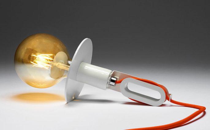 lampada da tavolo appoggiata cavo colorato