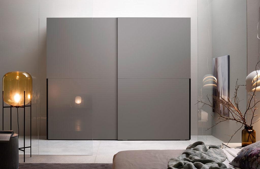 armadio ante grandi grigio