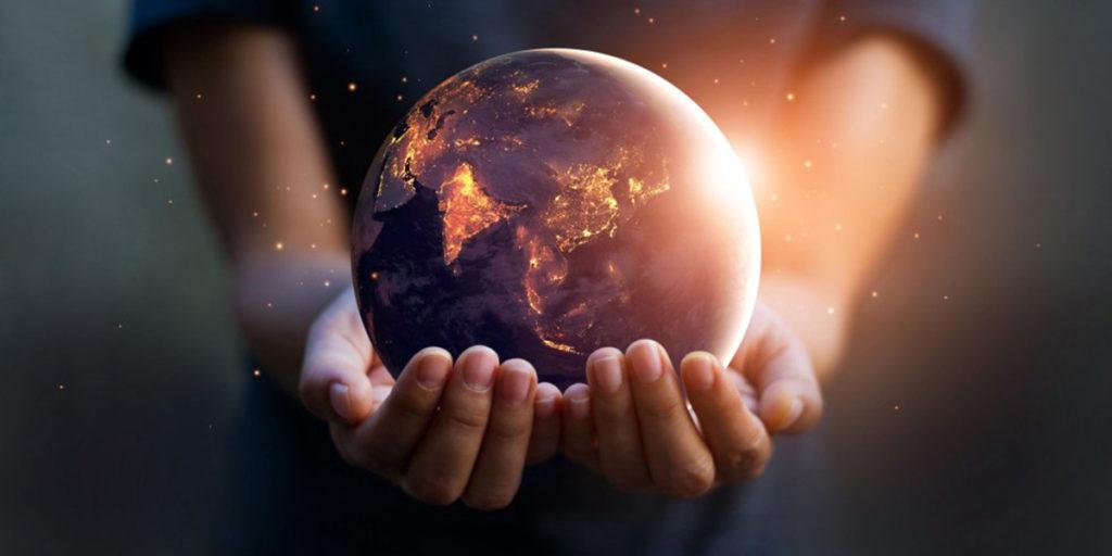 mani e pianeta terra