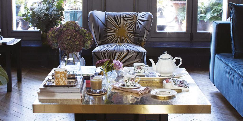 tableware su tavolino basso teiera