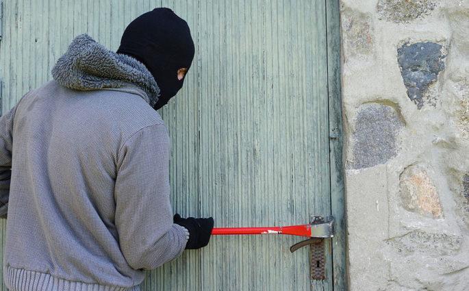 ladro porta casa