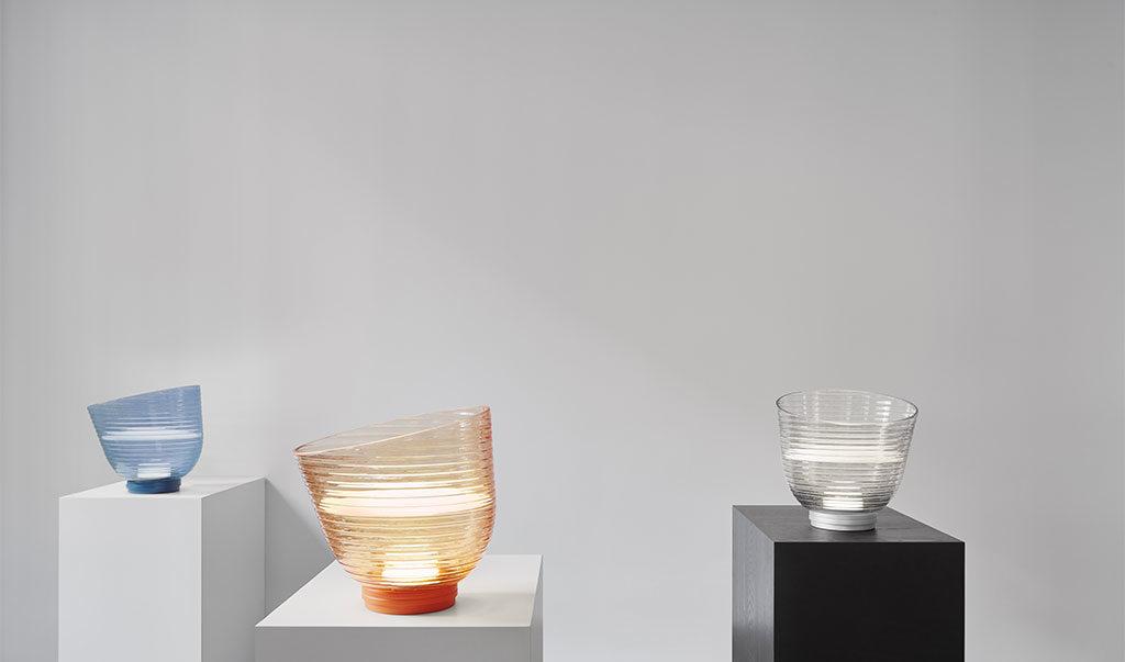 lampada terra e tavolo vetro colorato