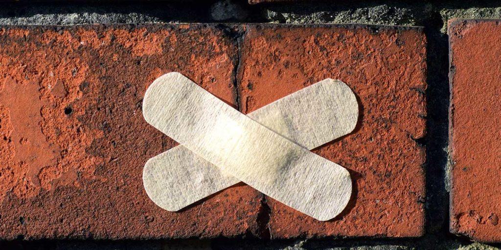 cerotti sul muro crepa