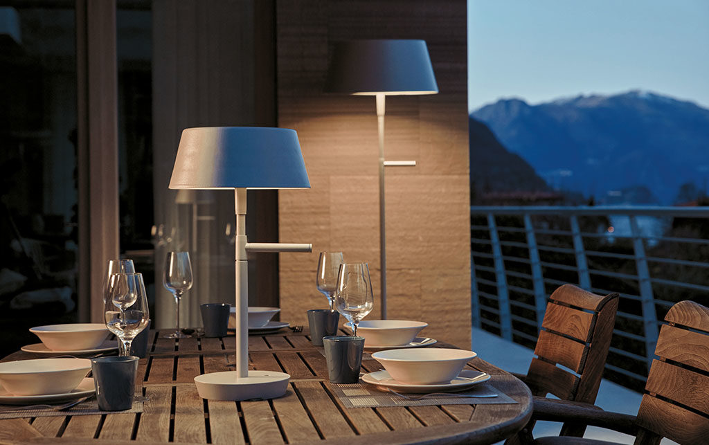 lampada terra e tavolo da esterno