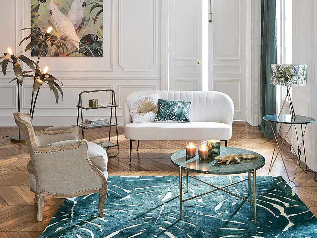 living divano bianco e tappeto azzurro