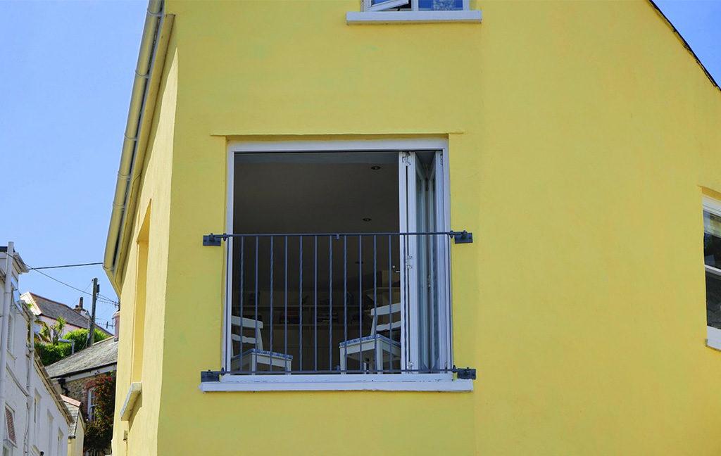 casa facciata giallo finestra aperta