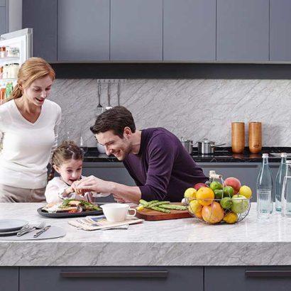 cucina famiglia frigorifero aperto