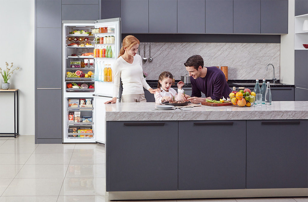 famiglia cucina frigorifero aperto