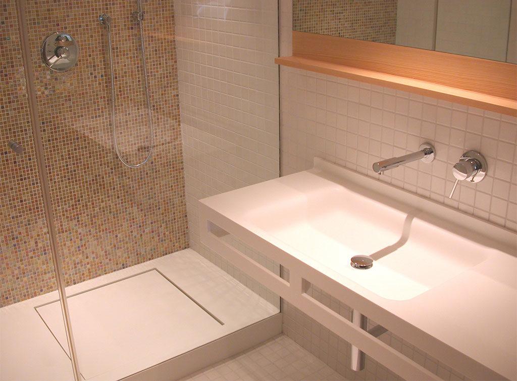 piatto doccia corian e lavabo bagno