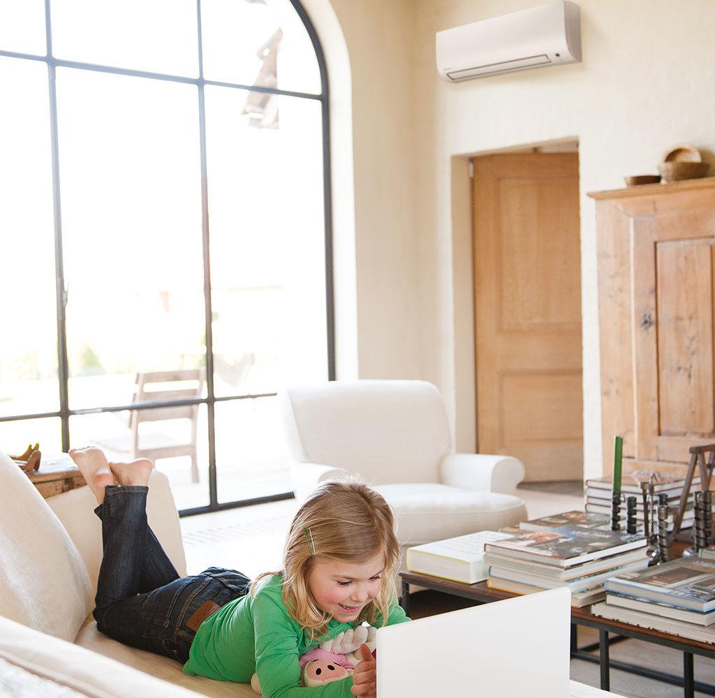 climatizzatore parete bambina divano