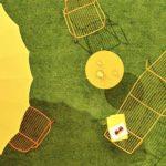 ombrellone giallo lettino tavolino sedia