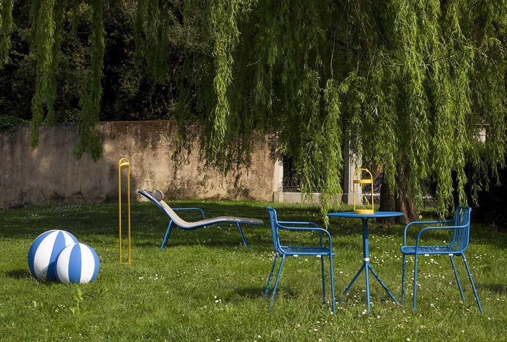 lettino sedie blu tavolino giardino