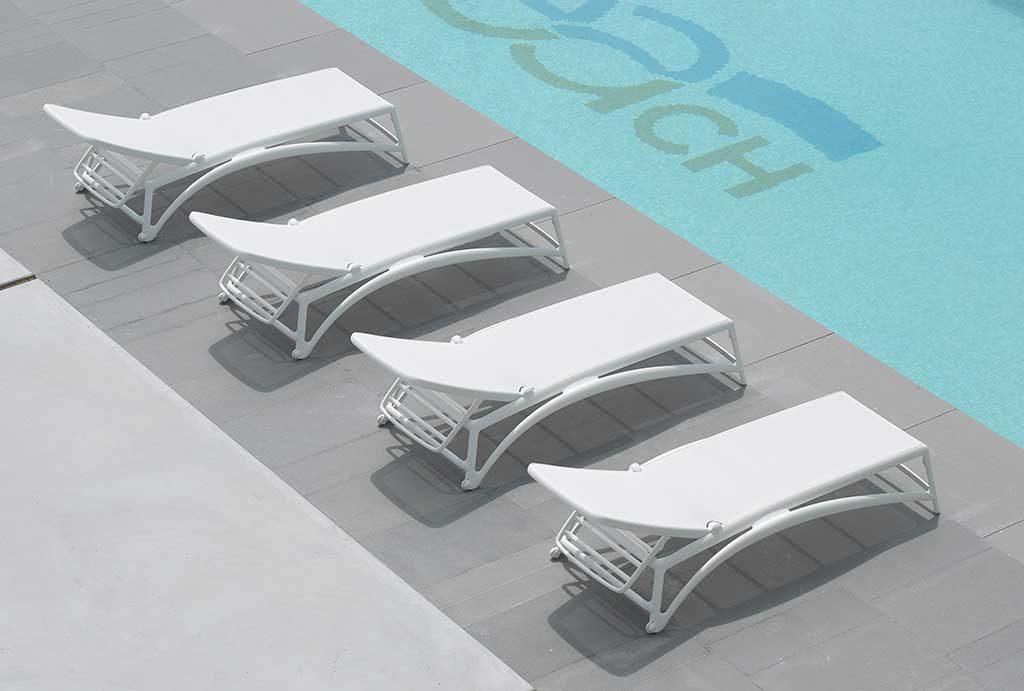 lettini sole piscina bianchi