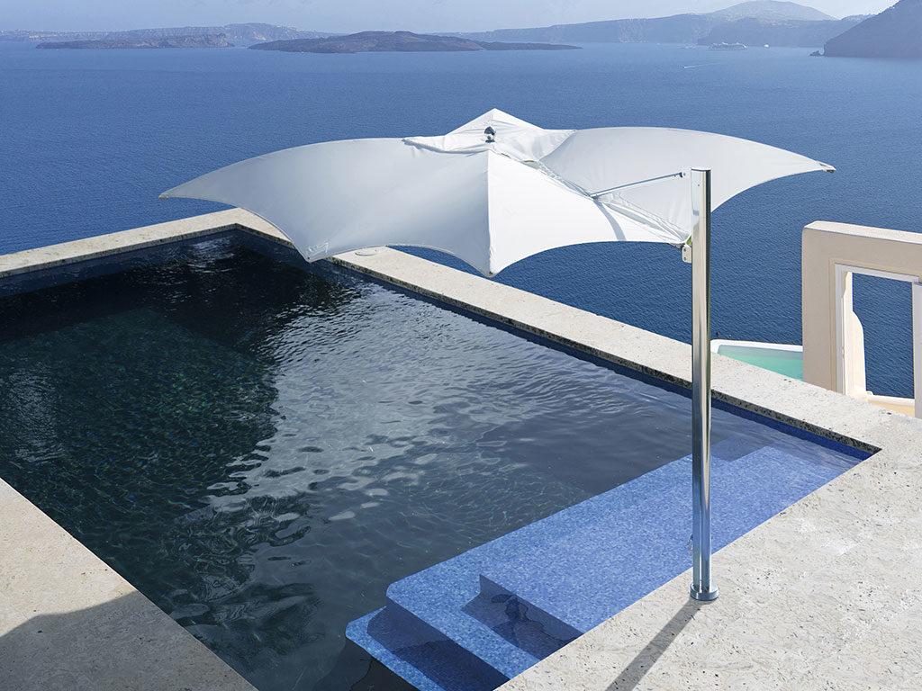 ombrellone bianco bordo piscina
