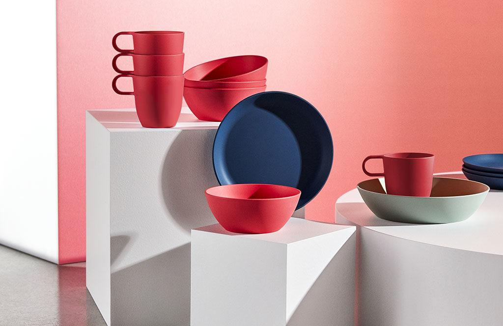 tazze e piatti colorati rosso blu