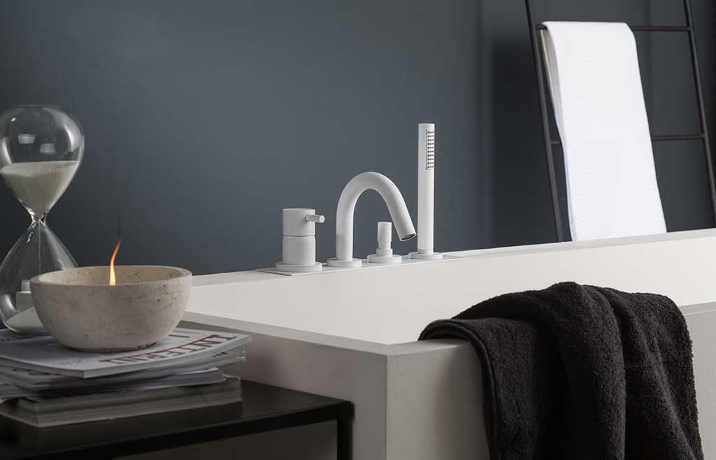rubinetto per vasca bianco