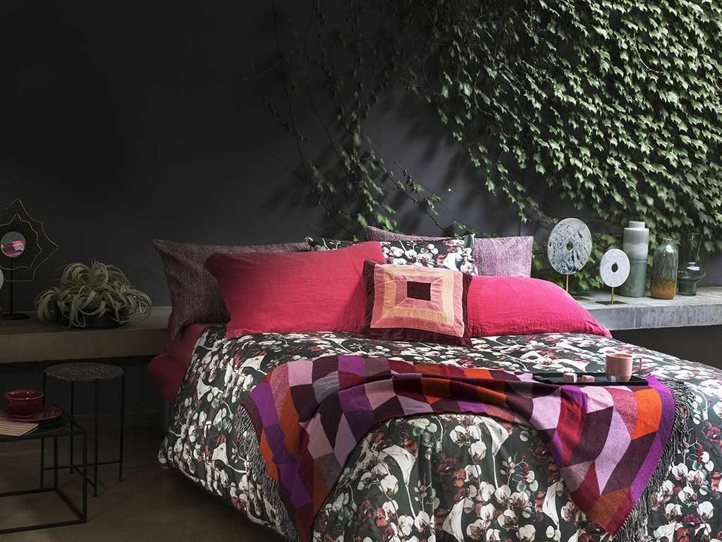 biancheria letto fondo scuro fiori
