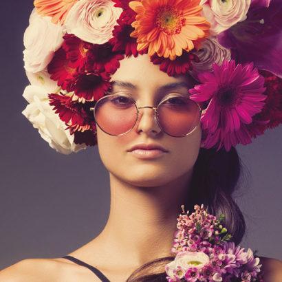 donna testa fiori